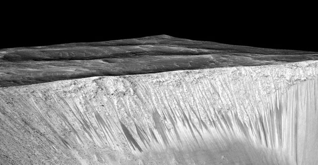 Artificial perspective view of the streaks. Nasa/JPL/University of Arizona